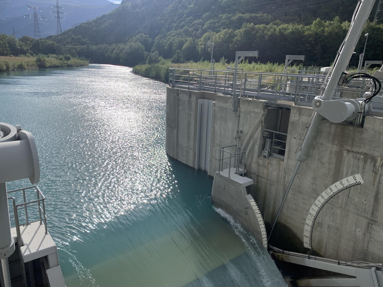 rivière et barrage