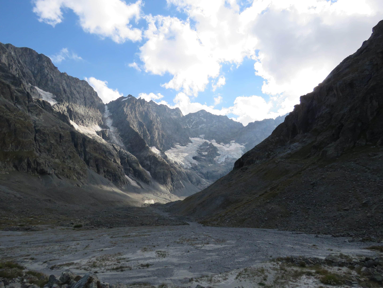 torrent de montagne et glacier