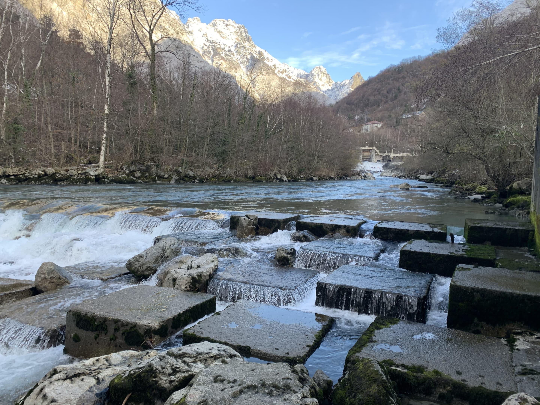 Blocs dans une rivière et montagne en fond