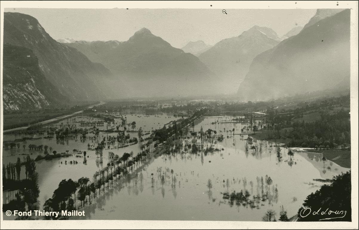 carte postale avec crue dans une vallée