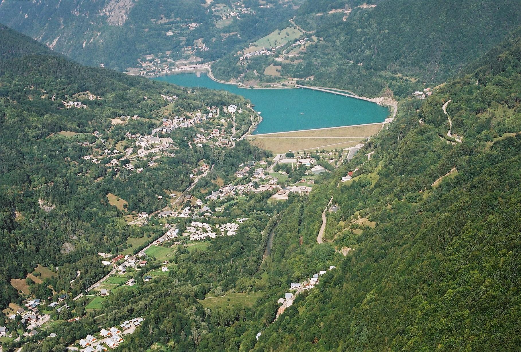 vue aérienne d'une retenue de barrage