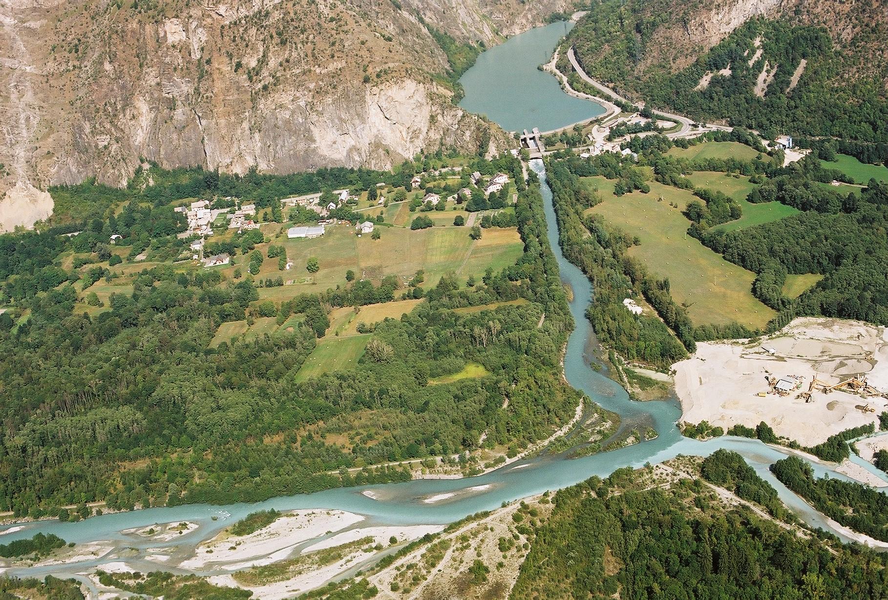 rivière en tresses et retenue de barrage